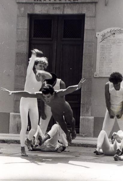 """<span style=""""font-weight: bold&#x3B;""""> Le 15 novembre 2004, devant la mairie du Revest, en défense des 4 Saisons du Revest, éjectées de la Maison des Comoni."""