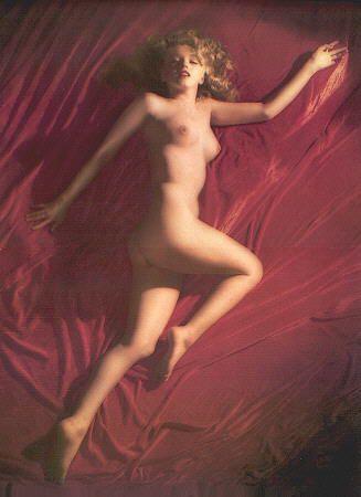 """Les 2 albums sur Marilyn (N et B, couleurs) comportent des photos sophistiquées et d'autres """"naturelles"""". Il me semble intéressant de se demander ce que chacune d'elles provoque en nous: pas facile de se livrer à cet exercice qui est à la fois te"""