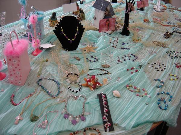 """Sandrine cr&eacute&#x3B;e des bijoux pour femmes et enfants. Chaque pi&egrave&#x3B;ce est unique. Vous pouvez voir ici quelque exemples sur plus de 2000 bijoux cr&eacute&#x3B;&eacute&#x3B;s depuis 2005. Bient&ocirc&#x3B;t de nouvelles informations et nouveaut&eacute&#x3B;s &agrave&#x3B; ce sujet....<br /><br />N'h&eacute&#x3B;sitez pas &agrave&#x3B; me <a href=""""mailto:lr@laurentderauglaudre.com"""">consulter</a>..."""