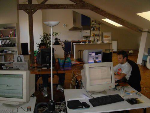 Voici les anciens locaux d'Overblog dans les premiers bureaux de Toulouse. Mais aussi les 3 fondateurs fiers du référencement de Google pour Overblog.
