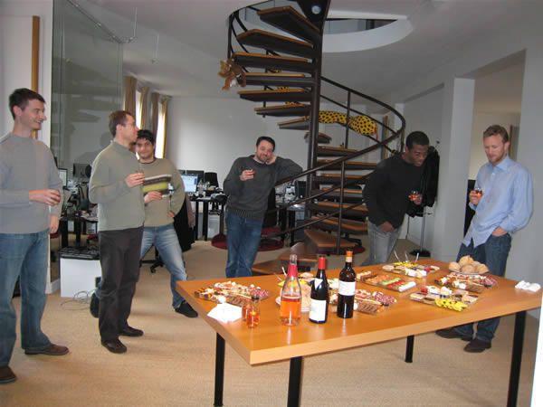 Parfois le staff se détend, ça arrive &#x3B;) Entre sorties, barbecue sur la terrasse pour l'équipe de Toulouse, pause dans un parc, foire du trône pour l'équipe de Paris et anniversaires... Voici les bons moments du staff.