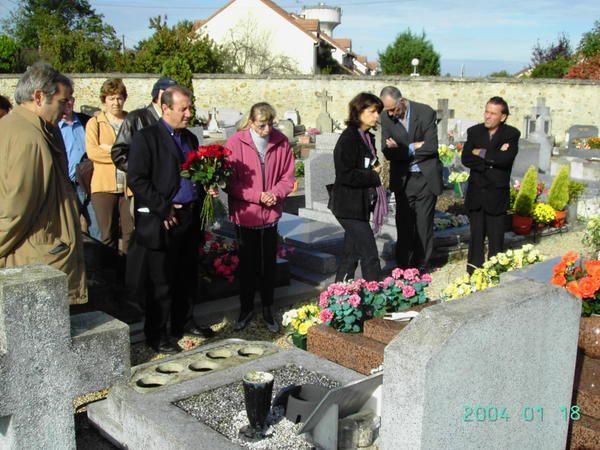 Photos de la c&eacute&#x3B;r&eacute&#x3B;monie comm&eacute&#x3B;morative&nbsp&#x3B;en hommage aux&nbsp&#x3B;fusill&eacute&#x3B;s de Chateaubriant &#x3B; organis&eacute&#x3B;e &agrave&#x3B; Draveil le 22 octobre 2006 par JP Bonsignore, conseiller municipal PCF