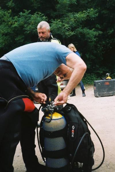 """<p>Oh le joli mois de main où les plongeurs viennent de plus en plus nombreux au lac bleu près d'Arras !</p><p>Quelle jolie matinée pour aller se """"baigner"""" !</p><p>D'autant plus que c'est une des premières pour Marcel et les deux Brigitte !!!"""
