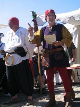 """<P>Ces journées """"à l'ancienne"""" ont lieu en juin tous les ans... Un bonheur de voir Montferrand se rappeller de l'odeur de la paille dans la rue, des braseros du maréchal-ferrand, à côté du potier ou du troubadour ...<BR><BR>La veille ville ressort son bourreau, les seigneurs font les beaux devant les damoiselles...</P><P>Sympa la paille entre les volcans :-)</P>"""