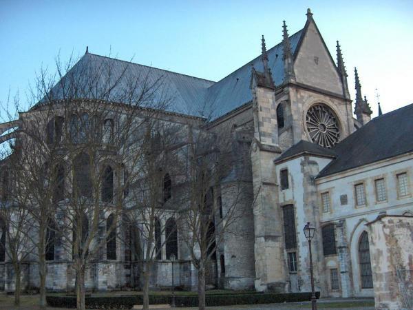 <P>Reims, cité des rois, en long, en large, en travers et en levant les yeux, surtout. </P><P>Parce qu'on voyage, c'est bien, mais on oublie trop souvent d'apprécier la ville dans laquelle on vit !</P>