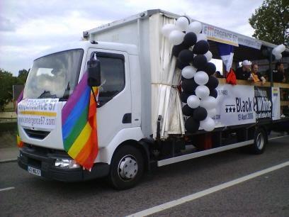 """Promenade trés LGBT dans les rues de Metz le 03-06-2006. Pour toute info complémentaire sur l'événement, cliquez <a href=""""http://www.lorrainegay.com/GayPrideLorraine.html"""">ici</a>.<br /><span style=""""font-style: italic&#x3B;"""">(Attention : photos redime"""