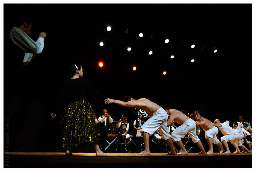 """""""Nag a drous !"""", création avec le Bagad Landi et Gwelloc'h. 22 et 23 septembre 2012 au TST à Saint-Pol-de-Léon. Photos Pascal Autret, Serge Nicolas, Stéphane Rosa, Eric Beaumin, Katy Person, Alain-Louis Gastrin, Bleuniadur."""