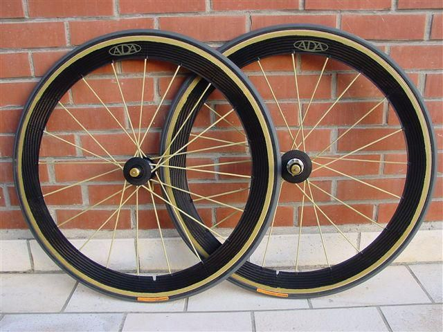 "Des roues de tr&egrave&#x3B;s haute qualit&eacute&#x3B; dans la lign&eacute&#x3B;e des Ligntweight mais d'une fabrication sign&eacute&#x3B;e Cees Beers.<br /><br style=""font-style: italic&#x3B;"" /><span style=""font-style: italic&#x3B;"">Very high quality wheels as Lightweight line but signed by Cees Beers.</span>"