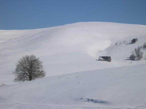 <P>Superbes conditions&nbsp&#x3B;en ce samedi 26-02-2005&nbsp&#x3B;en Auvergne.&nbsp&#x3B;Une bonne balade en voiture autour du Sancy afin de voir l'état de la neige plus de 10 jours après le gros des chutes. Constat sans surprise : le nord (secteur du Guery Mont Dore) et l'ouest (secteur Picherande-Chastreix) sont sous une couche très épaisse (pas de mesure faite mais autour d'un mètre dès 1100 m environ).<BR>Les secteurs sud (Besse) ainsi que le Cézallier sont beaucoup moins pourvus (même si la couche est tr