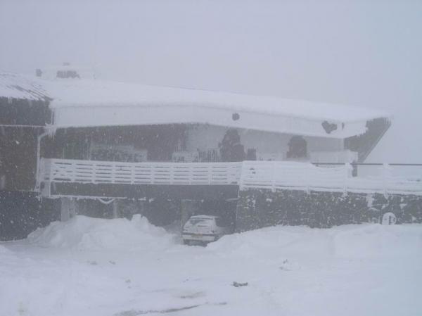 <P>Cet aprem' du 27-02-2005&nbsp&#x3B;: ascension du Puy de Dôme (1464 m) depuis le col de Ceyssat (1076 m). Des conditions extrêmes ! Neige horizontale (fine au début puis à gros flocons sur la fin : environ 5 à 10 cm déposés en 3 heures), vent (moyen à 30-35 km/h avec des rafales à 50 km/h), température de -7°C ce qui nous donnait un IRE moyen tournant autour de -20°C avec des pointes à -26°C sous les rafales. (Mesures avec anémo à main Météos3D). Au sommet, visibilité généralement inférieure à 200
