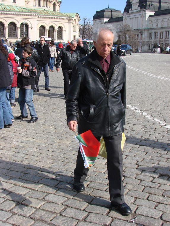 la fête nationale bulgare - levée du drapeau et dépot de gerbe au monument du soldat inconnu
