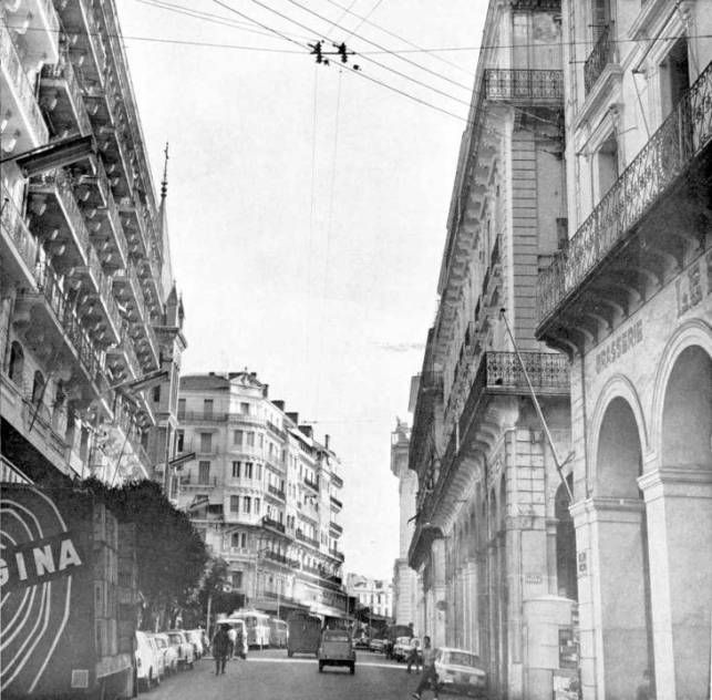 L'Algérie d'autrefois et d'aujourd'hui, je remercie Adam un ami d'Alger qui m'a envoyé la plus par de ses cartes postale acheté à la boutique du timbre de la ville. Et suite des photos: http://algeroisementvotre.free.fr/
