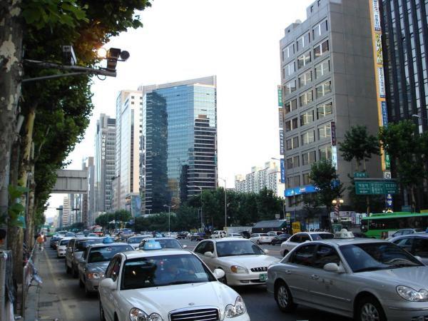 &nbsp&#x3B;&nbsp&#x3B;High-tech par certains coté et traditionnel pour bien des choses, la Corée est un pays vraiment interessant à visiter. Ces photos ne sont bien sur rien comparer à la réalité mais elles representes beaucoup de souveni&nbsp&#x3B;pour moi et j'espère qu'elles vous interesseront. Ces photos sont donc une selection de photos que j'ai prise durant mon sejour en Corée en Aout 2004. Je commenterais surement certaines de ses photos ainsi que d'autres dans des articles du blog.