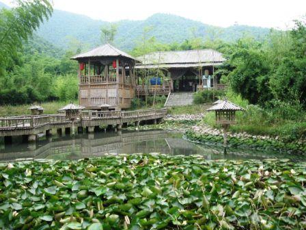 Mon meilleur pote chinois m'avait proposé de l'accompagner lui et ses collègues de boulot du coté d'Anji dans la province du Zhejiang, réputé pour ses collines et fôrets de bambou aillant servi de décort pour de nombreux films chinois...