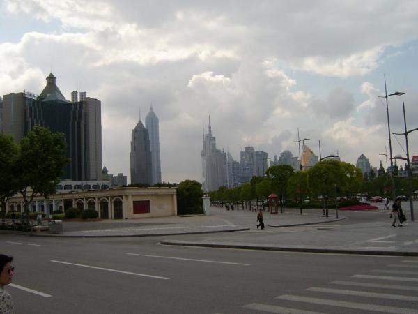 ville immense, délirante, futuriste, en constante transformation... mais tellement polluée, malsaine et matérialiste... Ville que j'ai aimé fut un temps mais fini par détester avec le temps.