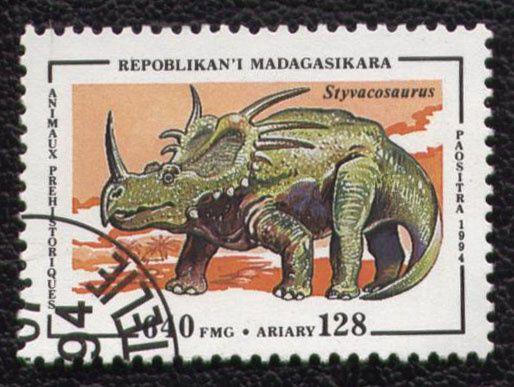 Timbres du monde sur les dinosaures et animaux préhistoriques avec indication du pays et de l'animal représenté-