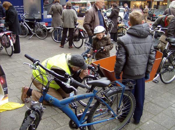 """les bénévoles du """"fiestsesbond"""" (aaociation des cyclistes néerlandais) vérifient les lampes des vélos ce samedi 1er novembre."""