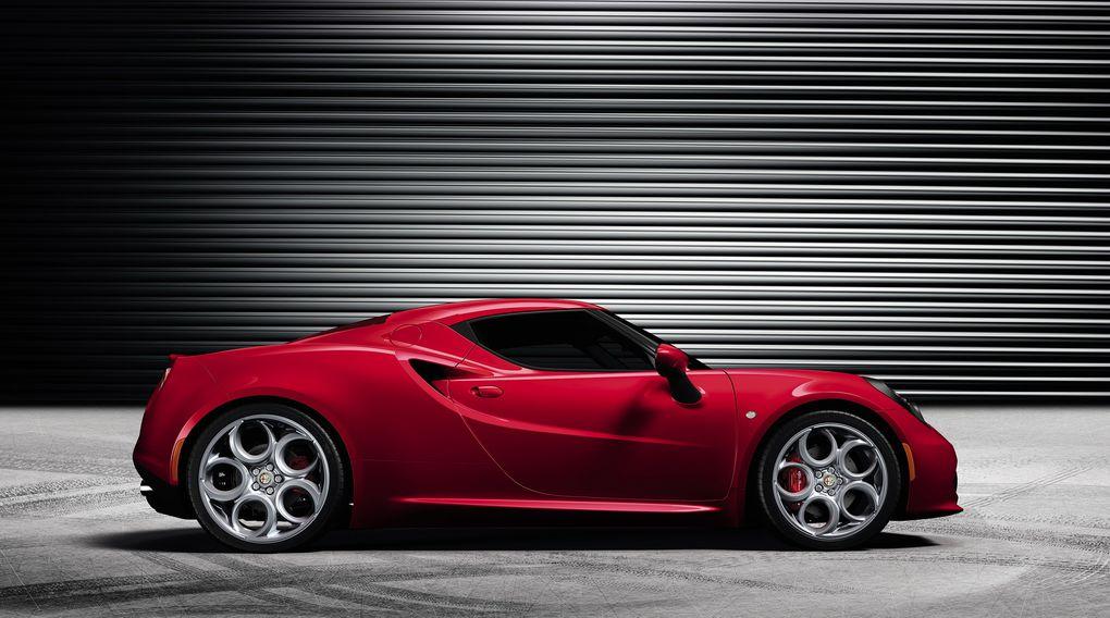 Une vraie Alfa : coupé deux places, moteur de 240 ch, propulsion. Et seulement 900 kg grâce à une monocoque en carbone.