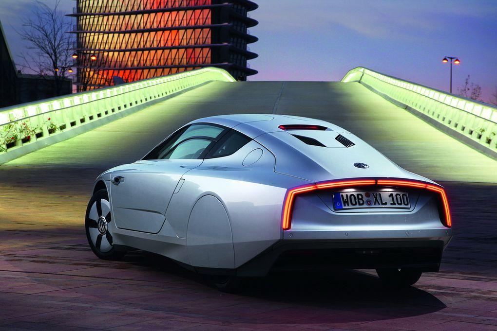 Produit en petite série, le XL1 est animé par un bicylindre diesel hybride rechargeable. Volkswagen annonce une consommation inférieure à 1 l/100 km.