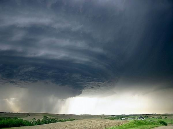 <p><strong><em>Ces photos ont &eacute&#x3B;t&eacute&#x3B; prises &agrave&#x3B; l'arriv&eacute&#x3B;e de l'ouragan Katrina.</em></strong></p><p><strong><em>Elles ont magnifiques et impressionnantes : on est bien peu de chose par rapport &agrave&#x3B; la puissance de la nature ! </em></strong></p><p><strong><em>Cliquez sur les photos pour mieux les voir. </em></strong></p>