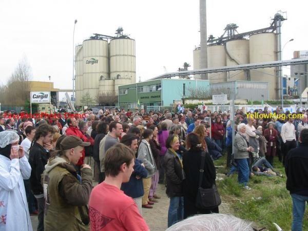 Quelques photos du rassemblement organisé à Brest par le collectif Bretagne Sans OGM, soutenu par l'UDB.L'évènement se déroulait à l'entrée de l'entreprise Cargill et avait pour but de dénoncer les importations d'OGM.