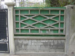 """Plus personne ne fait attention auxclôtures en panneaux de béton pleins ou ajourés, tellement ces éléments font partie du """"paysage"""" de nos banlieues.Ces quelques photos prises au Raincy, dans les communes voisines (et parfois plus"""