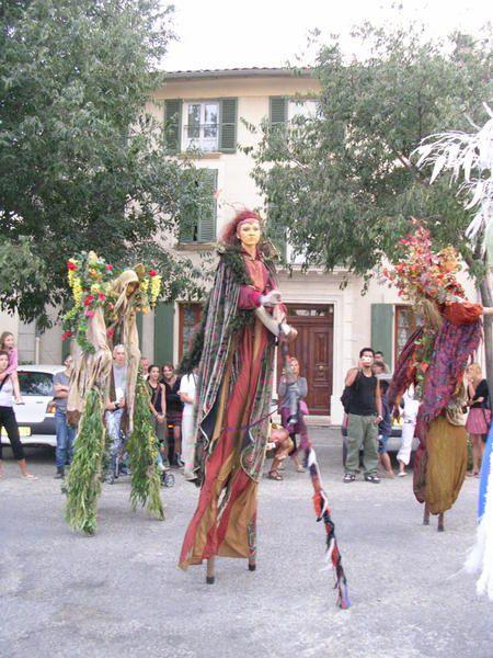 Représentation de Chivau Frus à Pernes les Fontaines pendant le Festival Font'Arts début août 2006