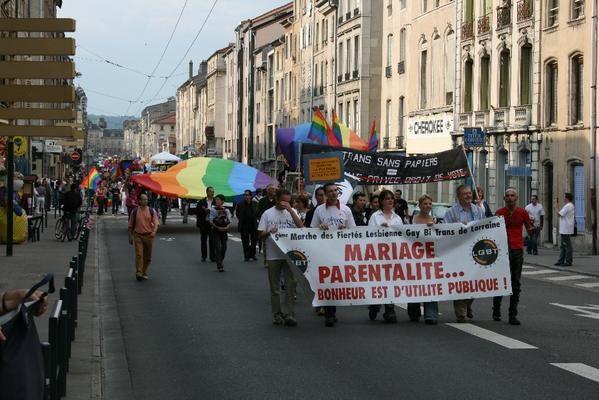 """Samedi 2 juin 2007, Marche des Fiert&eacute&#x3B;s LGBT 2007 &agrave&#x3B; Nancy... Quelques photos du d&eacute&#x3B;fil&eacute&#x3B; dans les rues de Nancy... Un grand merci &agrave&#x3B; Kristof &amp&#x3B; Nicolas pour l'organisation r&eacute&#x3B;ussie, et rendez-vous &agrave&#x3B; Metz en 2008 !<br /><span style=""""font-style: italic&#x3B;"""">(Pour retourner sur mon blog, cliquer </span><a href=""""http://al1web.over-blog.com/"""" style=""""font-style: italic&#x3B;"""">ici</a><span style=""""font-style: italic&#x3B;""""> !)</span>"""