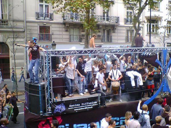 """Paris, samedi 16 septembre 2006, 20 camions-sono et plus de 300000 participants... Vous y &eacute&#x3B;tiez, alors vous &ecirc&#x3B;tes sans doute en photo ici !<br /><span style=""""font-style: italic&#x3B;"""">(Vous pouvez aussi retrouver les photos de la Techno Parade 2005 </span><a href=""""http://al1web.over-blog.com/album-61084.html"""" style=""""font-style: italic&#x3B;"""">l&agrave&#x3B;</a><span style=""""font-style: italic&#x3B;"""">)</span>"""
