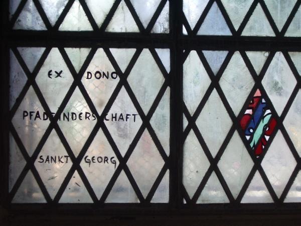 L'interieur de l'&eacute&#x3B;glise : la nef, le choeur et le m&eacute&#x3B;morial des Scouts de France