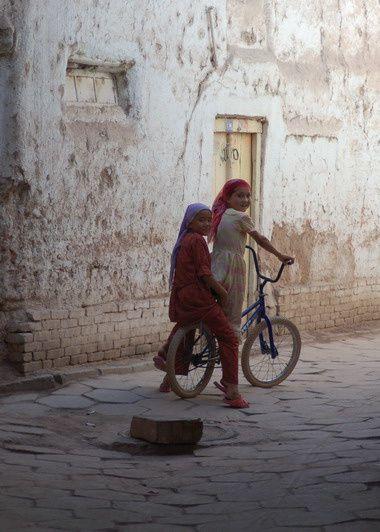 """Compilation restreinte de photos de mes voyages en Chine<br />et aussi foure-tout :-)<br />Pour en visionner quelques autres un peu plus jolies :<br /><br /><a href=""""http://www.flickr.com/photos/85873711@N00/sets/72057594100302119/"""">Bilou &agrave&#x3B; la mer</a>&nbsp&#x3B;&nbsp&#x3B;&nbsp&#x3B;&nbsp&#x3B; <a href=""""http://www.flickr.com/photos/85873711@N00/sets/72057594100261172/"""">Xi'an</a>&nbsp&#x3B;&nbsp&#x3B;&nbsp&#x3B;&nbsp&#x3B; <a href=""""http://www.flickr.com/photos/85873711@N00/sets/72057594103646415/"""">Beijing</a>"""