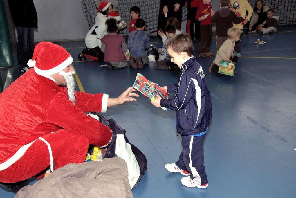 Arbre de Noël du mini-Basket à St-Exupéry, samedi 19 décembre, avec la visite du Père Noël !de leur côté, les Benjamines s'offrent une séance vidéo au Foyer : c'est la Fête au BCVB !