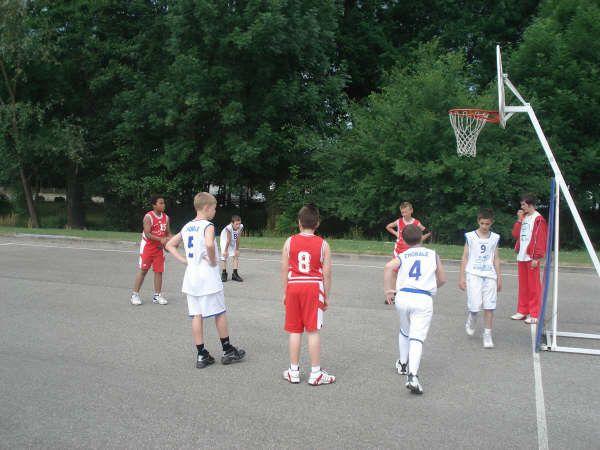 les Poussins participent au grand Tournoi organisé à Feurs en juin 2009.Une très belle journée de basket !