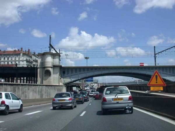 Ces photos ont &eacute&#x3B;t&eacute&#x3B; prises en Juillet 2005 ou en Janvier 2006 dans le centre de Lyon ou aux environs de la gare de Lyon Perrache, ce sont des vues au sol.<br /> Droits r&eacute&#x3B;serv&eacute&#x3B;s pour une utilisation p&eacute&#x3B;dagogique non commerciale.<br /> Mention obligatoire : photo Fran&ccedil&#x3B;ois Arnal 2005