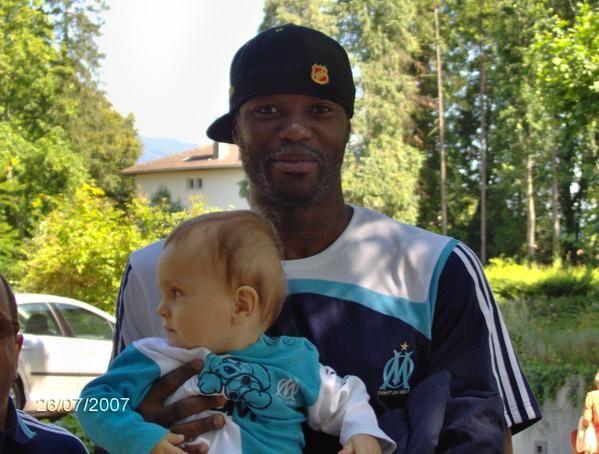 """<p><strong>Salut à tous les fan de l'OM, voici un échantillon de photos prises lors de rencontres avec l'équipe de Marseille.</strong></p><p><strong>Certaines photos datent de Juillet 2004 à Albertville en Savoie, à l'Hotel du """"Roma"""", pendant leur stage de préparation au Stade du Olympique d'Albertville.</strong></p><p><strong>Les autres photos datent de Juillet 2005 et Juillet 2006, pendant leur stage à Aix les Bains, au stade Jacques Forestier.</strong></p><p><strong>Et quelques unes vie"""