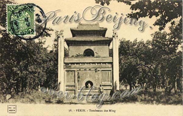 Les tombeaux Ming sont un des sites majeurs situés tout près de Pékin que les touristes visitent tous en Chine...Mais les voila bien avant que la fièvre touristique n'enflamme la Chine, avant l'ère communiste, avant même la 1ere GM...