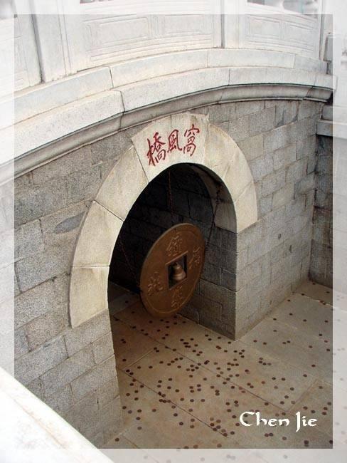 Cet album se propose de vous faire visiter les temples, bouddhistes, taoistes, confucéens ou Impériaux, de Pékin.Très célèbres ou un peu moins, du temple taoïste des nuages blancs, à la Pagode Cishou.