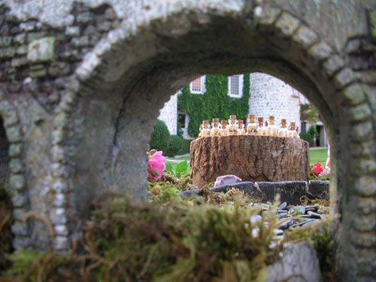 C'est au château de Thorens Glières cette année que Senteurs Secrètes a été invitée pour présenter ses parfums, par la famille De Roussy de Sales,  propriétaires de cet édifice depuis le XVIème siècle. Monsieur André Chauvière, auteur de nombreux ouvrages sur l'histoire du parfum, convié également, nous a fait l'honneur de diriger une conférence sur le thème de la rose au Moyen-Age. Ainsi, les visiteurs ravis d'avoir découvert ce lieu magnifique, ont pu rentrer chez eux avec de jolies petites fi