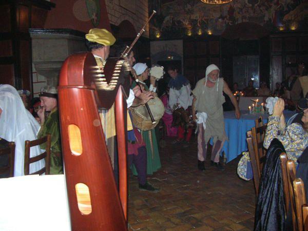 En son chastel, le Seigneur d'Avully et la gente compagnie les Troubars du Lac, nous ont convi&eacute&#x3B;s &agrave&#x3B; un buffet spectacle le 18 novembre 2006. Au 19i&egrave&#x3B;me coup de cloche,&nbsp&#x3B;Gentes Dames et beaux Messires entr&egrave&#x3B;rent costum&eacute&#x3B;s&nbsp&#x3B;et f&ucirc&#x3B;t servi le buffet.&nbsp&#x3B;Pour eux ont jou&eacute&#x3B;s Bouffons et Troubadours... Forts de leurs deux mains ils purent applaudir, com&eacute&#x3B;die, chansons, po&eacute&#x3B;sie, jonglerie... Tard dans la nuit les danses clotur&egrave&#x3B;rent l
