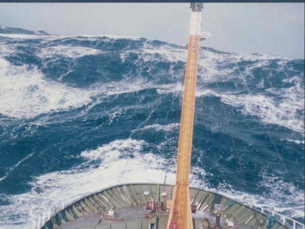 """Les  """" vagues scélérates"""", d'une amplitude et d'une sévérité inattendues par rapport aux conditions de mer lorsqu'elles surviennent, sont responsables de nombreux accidents de mer et de disparitions inexpliquées de gros navires."""