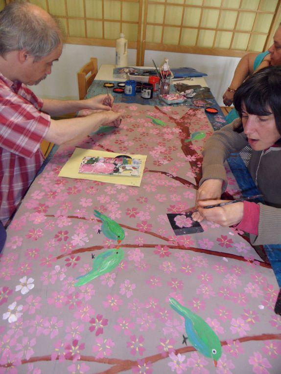 En institution ou à l'atelier, des travaux réalisés par des personnes en situation de handicap ou de dépendance. Des créations libres ou encadrées ainsi que des décors mureaux ou de scène.