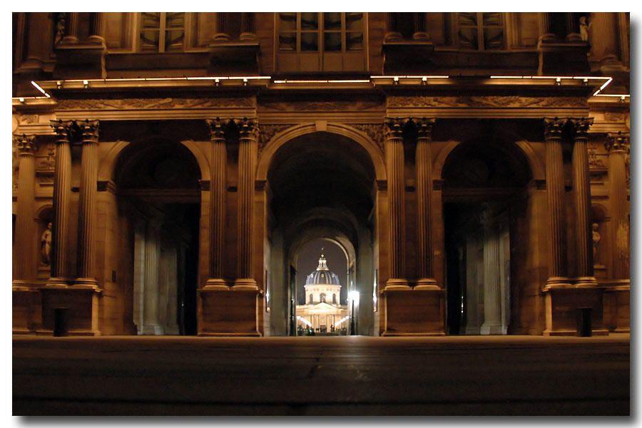 """<p><strong>Le Louvre et sa pyramide, de nuit<br /></strong><a href=""""http://www.maitrepo.com/article-5795539.html"""" target=""""_blank""""><strong><em>-> Lire l'article associé : Louvre by night</em></strong></a></p>"""