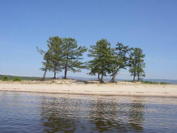 <p>Le lac Baikal est la plus grande et la plus pure reserve d eau douce du monde : 1/5 des ressources.</p><p>Ses dimensions sont impressionnantes : largeur max = 79.5km, longueur = 636km, profondeur&nbsp&#x3B; maximum = 1783m, profondeur moyenne = 730 km, lineaire de cote = 2000km, superficie = 5% du territoire francais soit la taille de la Belgique.</p><p>Il est le plus vieux lac au monde : 25 Mn d annes. Habituellement un lac se comble au bout de 10 000 ans. </p><p>80% des especes animales et