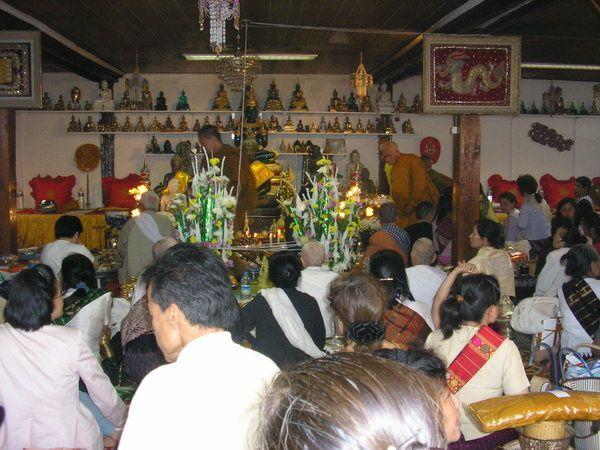 Tháng tư là Tết Lào.Gần Taverny, có ngôi chùa người Lào. Mỗi năm, người Lào khắp nơi hội họp đê² câù nguyện với nhau.Những khi có lễ, tôi hay đến đây với Danièle để nhìn cách sinh hoạt củ