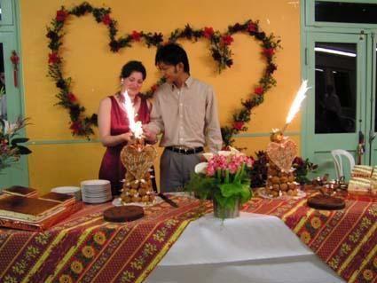 """Mariage chinois à Linyi, dans le Shandong (le """"pays natal"""" de Wang Chao) le 31 octobre 2004 et mariage français à Valréas (mon pays natal par adoption à moi,  vu qu'on est Lyonnais) le 30 avril 2004... Deux mariages bizarre, le chinois parce que je ne suis pas habituée à ces traditions, et le français parce qu'une de mes cousines nous a fait faire un espèce de catapulte élastiquée... <br/>Mais les deux mariages étaient très réussit, je ne regrette absolument rien ! De toute façon je suis pas ba"""