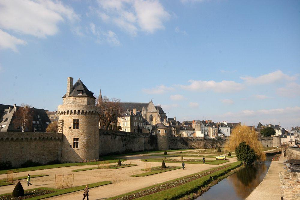 """<p>La ville de Vannes, port du Golfe du Morbihan, située au centre du """"grand ouest""""<font size=""""2"""">, est un lieu magique où la mer, la terre, le ciel se mêlent en paysages changeants et insolites. On peut y découvrir une architecture médiévale."""