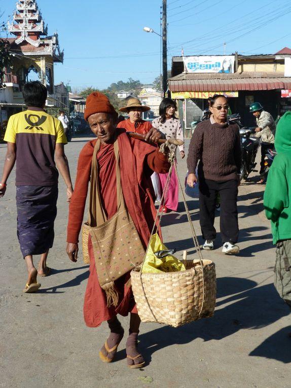 Images saisies sur la route, durant le trajet puis au marché très coloréet enfin  léglise sur les hauteurs de la ville