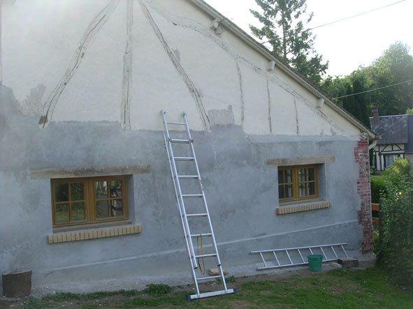Reconstruction du pignon de la maison.
