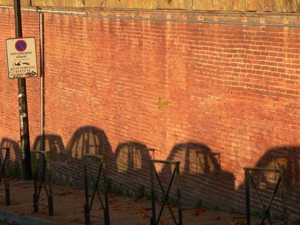 Sur les quais, le soleil couchant fait recuire les briques. Au rouge.<br /> Les ombres supportent.