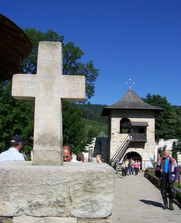 Au menu: églises orthodoxes, paysages bucoliques de Moldavie roumaine, lac rouge, gorges de Bicaz, villages colorés, Brasov, chateau de Bran et Dracula (ou pas...)!
